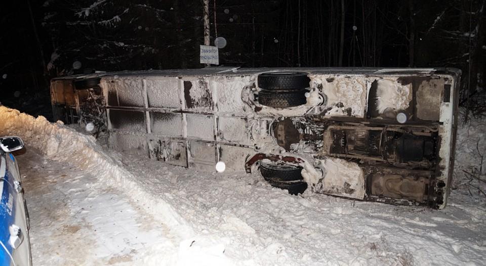 ВКоми при опрокидывании автобуса стуристами пострадали 12 человек