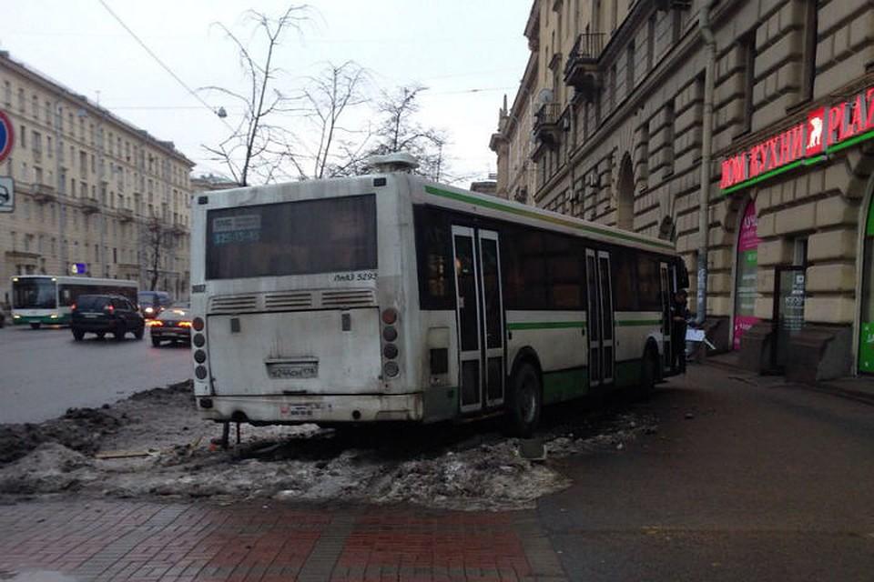 Наперекрестке Стачек иЗенитчиков автобус столкнулся смаршруткой