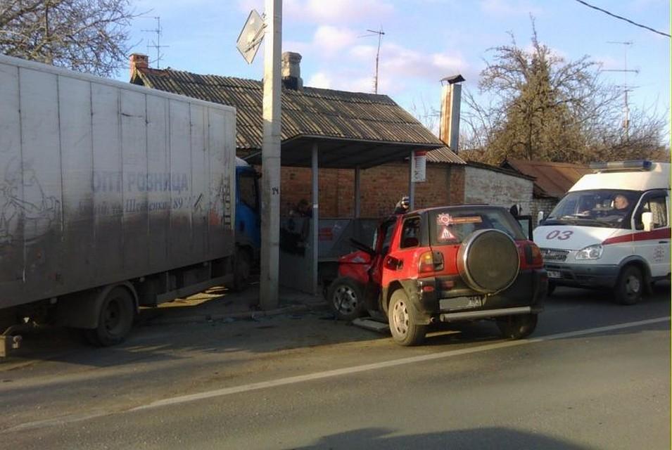 «Тойота» после столкновения с грузовым автомобилем врезалась востановку вРостове