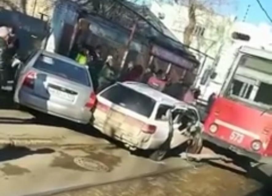 Вцентре Краснодара иностранная машина влетела втрамвай