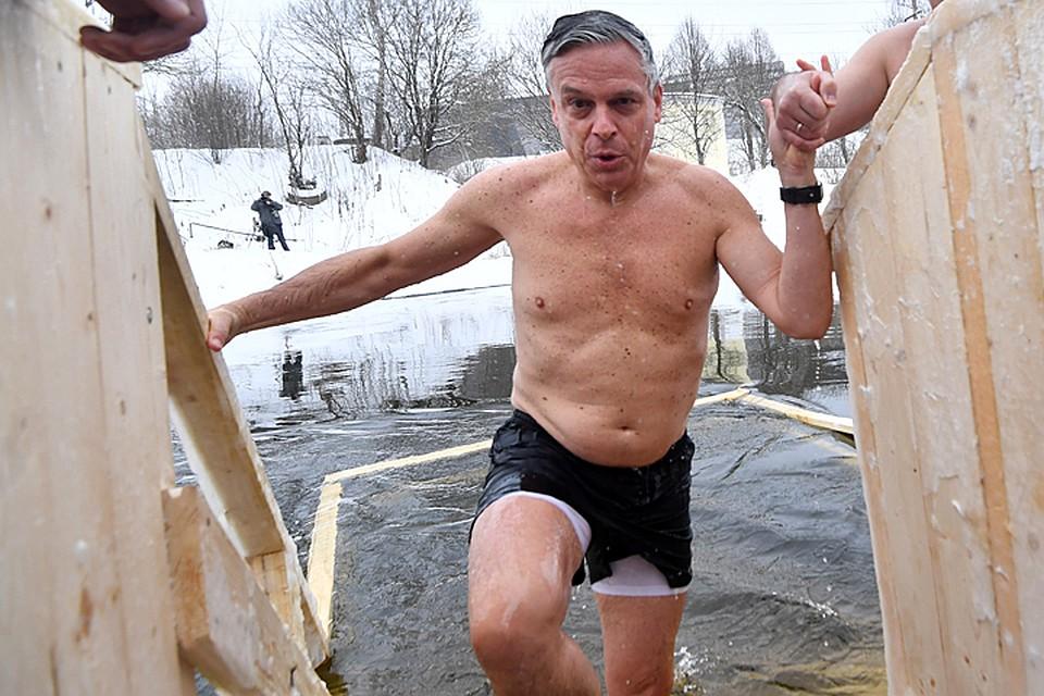 «Непоможет». Пушков прокомментировал участие посла США вкрещенских купаниях