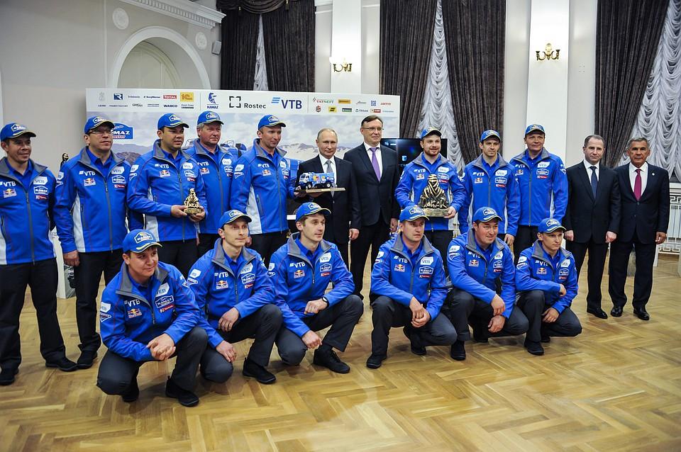 Победители ралли «Дакар» преподнесли Путину вподарок модель КамАЗа
