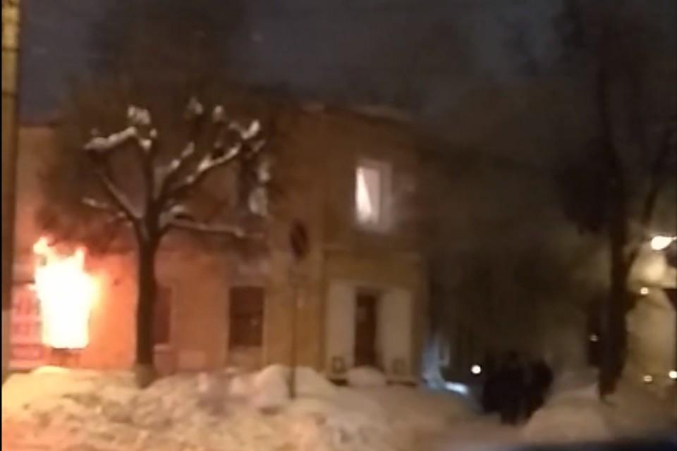 Напротив магазина «Мелодия» наулице Ленина полыхает дом