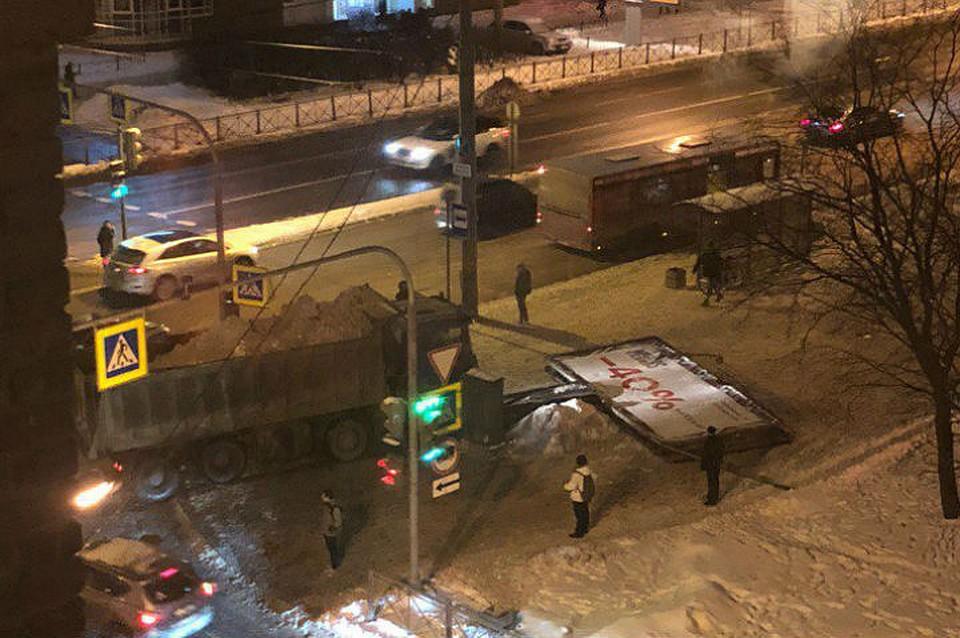НаБлагодатной улице два снеговоза неподелили дорогу