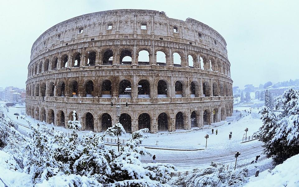 Зато туристы в Риме довольны: они могут сделать необычные снимки заснеженных руин.