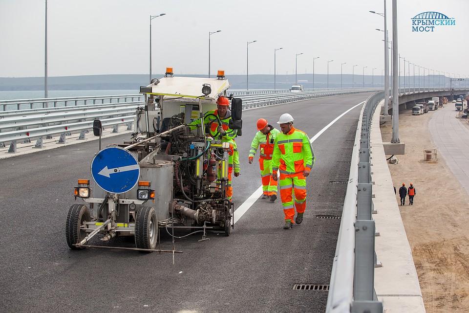 Заключительные  штрихи: строители наносят дорожную разметку намосту вКрым