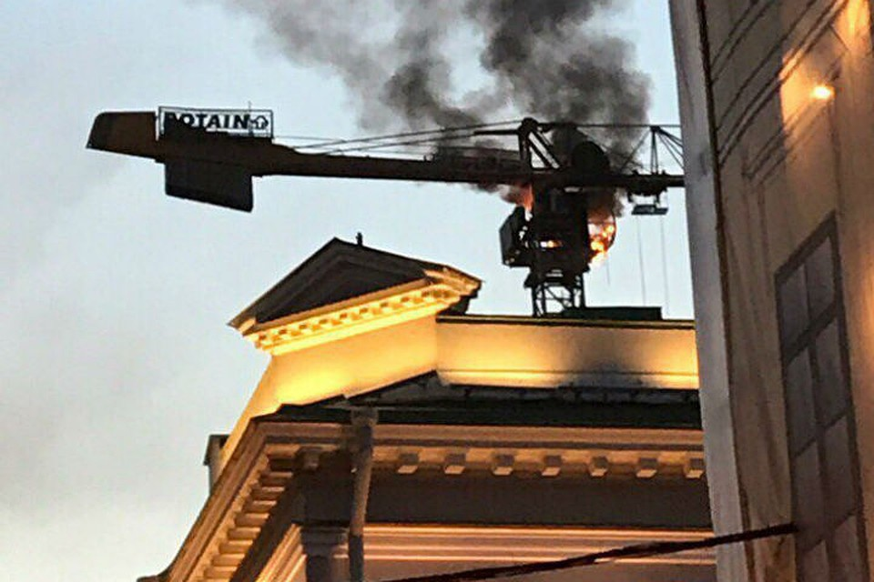 Размещено видео загоревшегося строительного крана вПетербурге