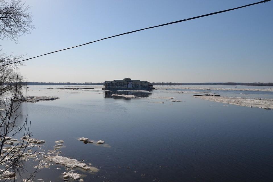 Появилось видео сноса льдом наВолге дебаркадера-ресторана слюдьми