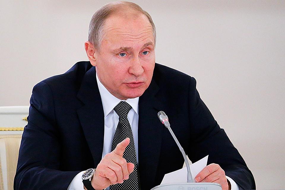 Путин освободил матерей отуплаты налога на заработок
