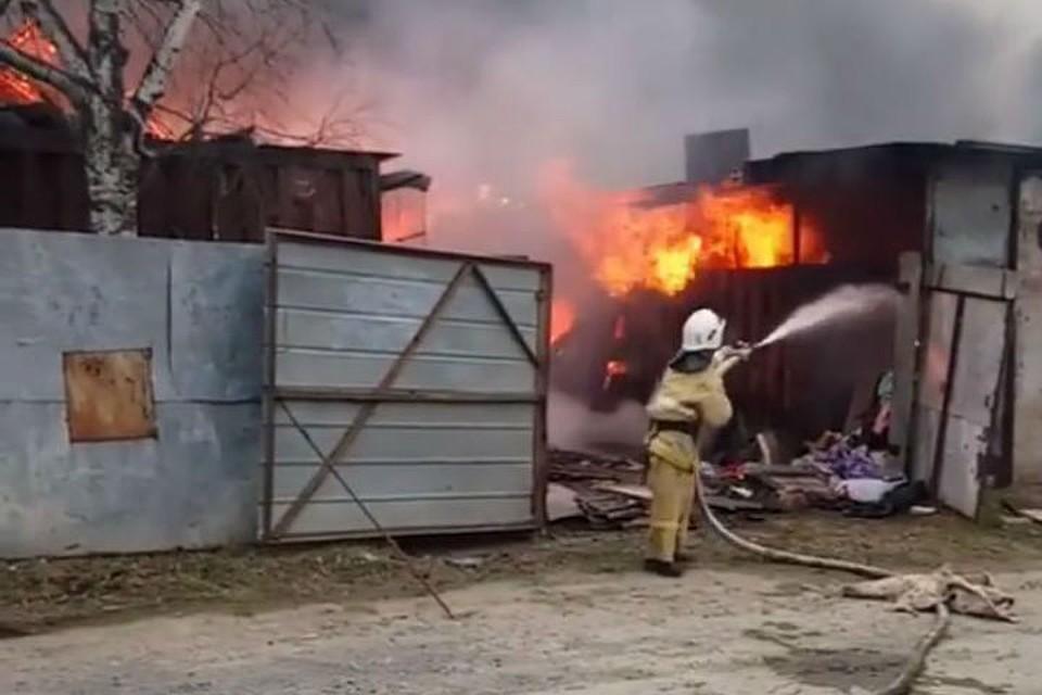 ВХабаровске одновременно вспыхнули 5 жилых домов ихозпостройки