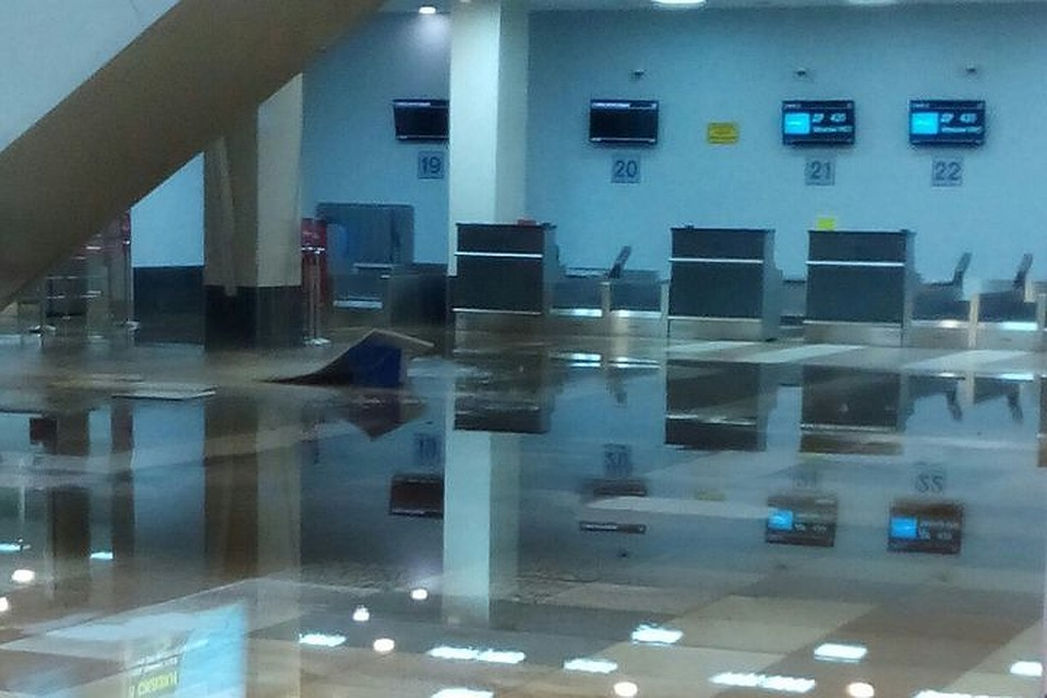 Терминал аэропорта «Толмачево» затопило из-за прорыва трубы