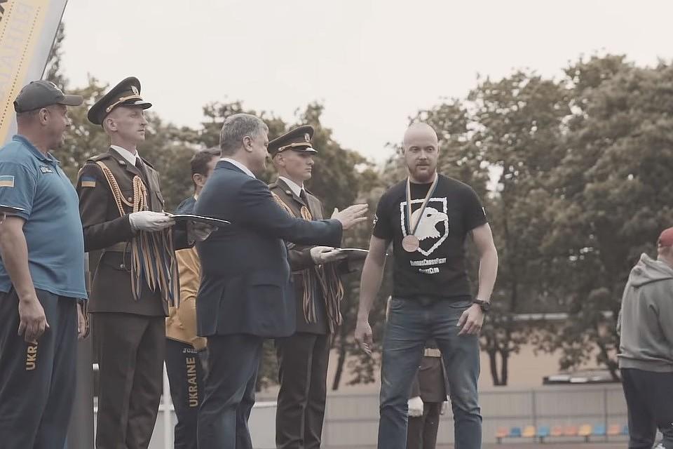 Отказавшийся пожать руку Порошенко ветеран «Азова» назвал его выступление «позорным»