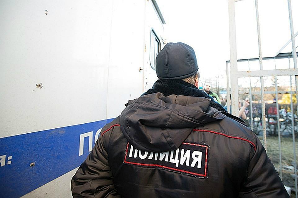 ВХабаровске полицейский заломал руки шумному установщику окон