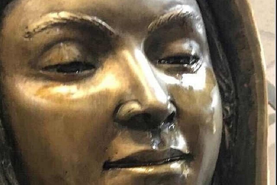 Скульптура Девы Марии в монастыре Нью-Мексико плачет наглазах уприхожан