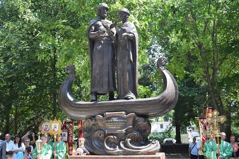 ВДень семьи иверности вСимферополе появился монумент Петру иФевронии