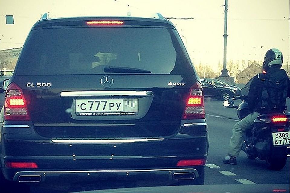 Президент запретил инспекторам ГИБДД снимать номера с авто
