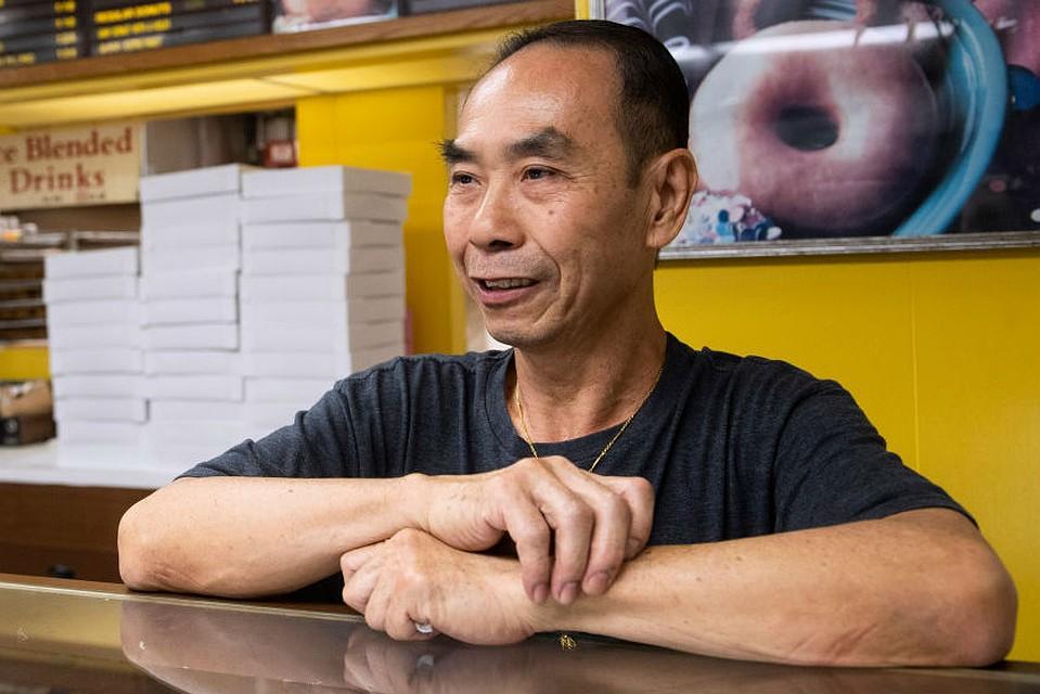 Джон Чан на протяжении 29 лет каждое утро проводит за прилавком. Фото: The Orange Country Register