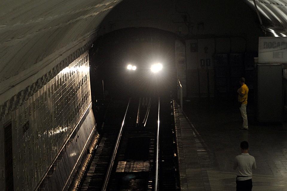 Нафиолетовой ветке метро пассажир упал нарельсы