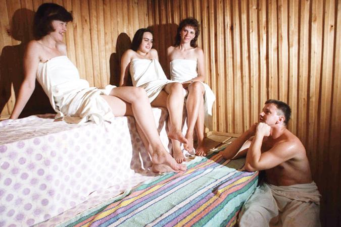 Трое девушек в саунеи один парень 2 фотография