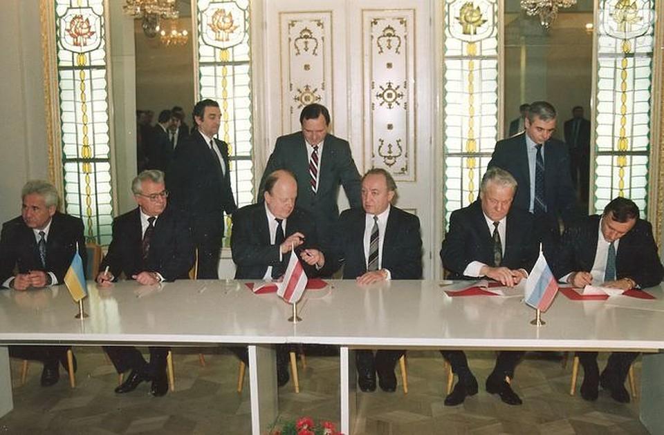 Беловежское соглашение разрабатывали ночью с 7 на 8 декабря 1991-го года. Экс-руководитель белорусского МИД Петр Кравченко (стоит в центре) был в рабочей группе, а Станислав Шушкевич и Вячеслав Кебич присоединились позже, подписав итоговый, четвертый, вариант соглашения.