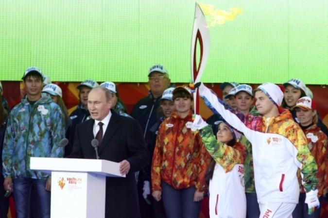 В воскресенье президент России Владимир Путин встретил Олимпийский огонь
