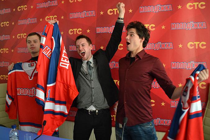 - Хоккей - это жестко, но весело! (Слева - направо: Влад Канопка, Александр Соколовский и Иван Жвакин.)