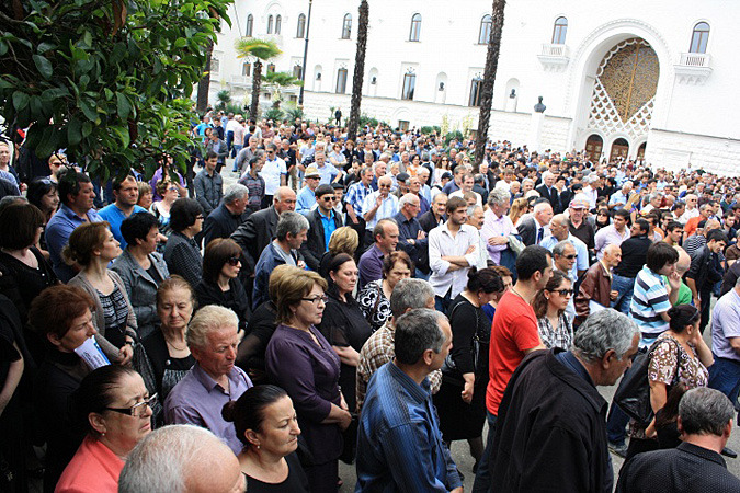В тихой, солнечной Абхазии неожиданно запахло чем-то вроде «почти революцией»