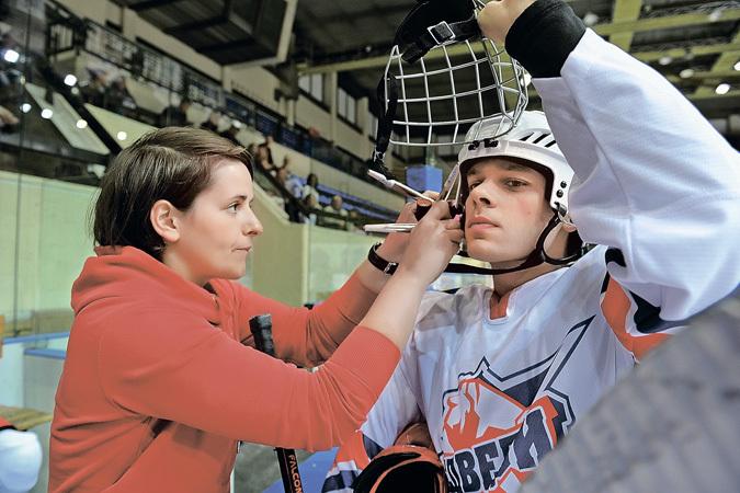 Грим для актера - вещь обязательная, даже под шлемом. Нафото Влад Канопка.