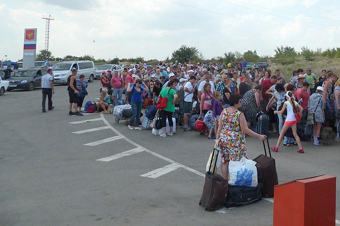 Еще недавно такие потоки беженцев из Луганщины уходили в Россию