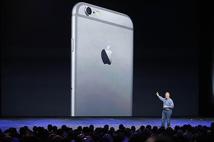 Apple всегда стоит в сторонке. Словно посматривает снисходительно