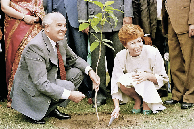 Cупруги Горбачевы во время визита в Индию. 1988 год. </br>Фото: Boris Yurchenko/AP