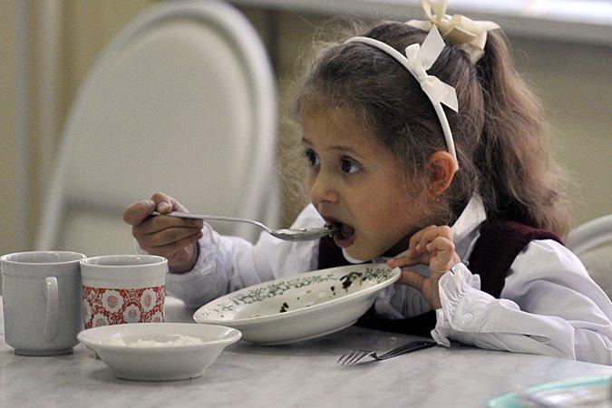 В частных школах кормят лучше, в государственных зачастую похуже.