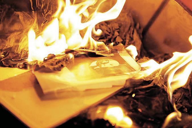 Картинки по запросу на украине сжигают книги
