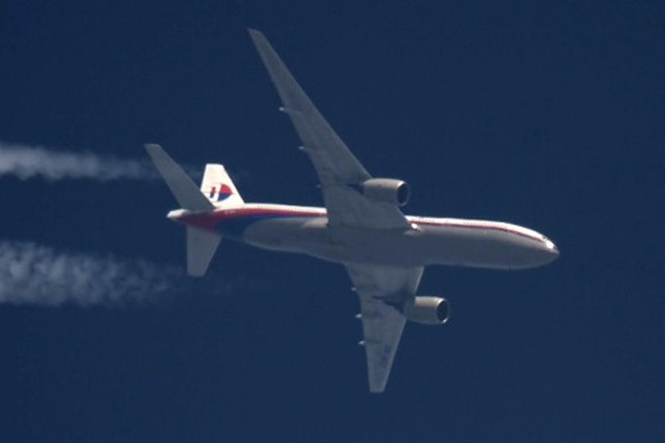 То, что в зоне крушения «Боинга» находился военный самолет, вскоре после аварии подтвердили и в российском Генштабе