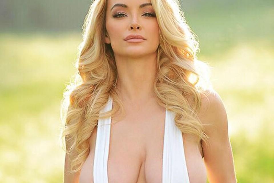 Грудастая блондинка обожает свежие цветы  706055