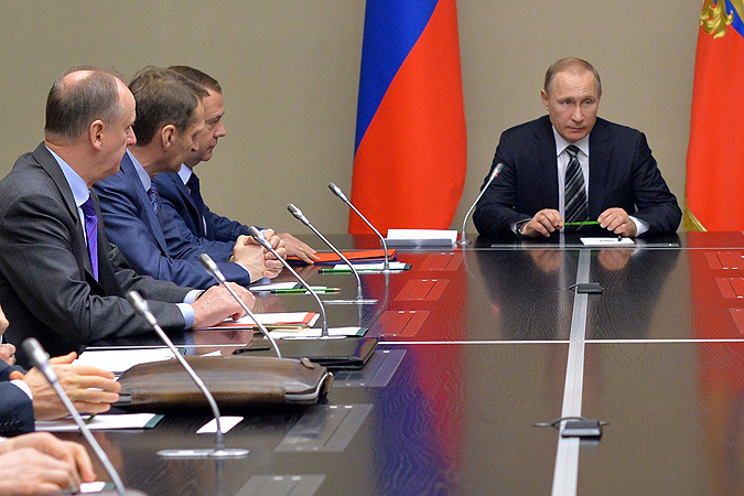 Президент России Владимир Путин проводит совещание с постоянными членами Совета безопасности РФ