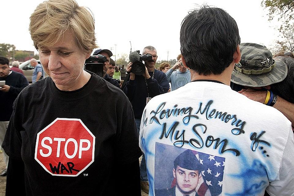 Синди Шихан (слева) на одном из антивоенных митингов. Фото: ASSOCIATED PRESS/FOTOLINK