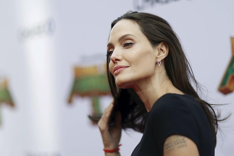 Снятый Анджелиной Джоли художественный фильм отвечает на многие вопросы о ее отношениях с супругом.