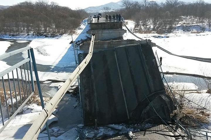 На трассе Владивосток - Находка рухнул мост. Фото: newsvl.ru