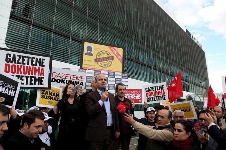 Митинг у здания редакции оппозиционной газеты Zaman в Стамбуле