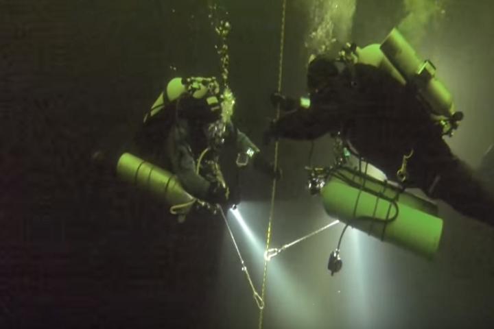 Российские дайверы установили мировой рекорд подледного погружения ФОТО: Кадр из видео