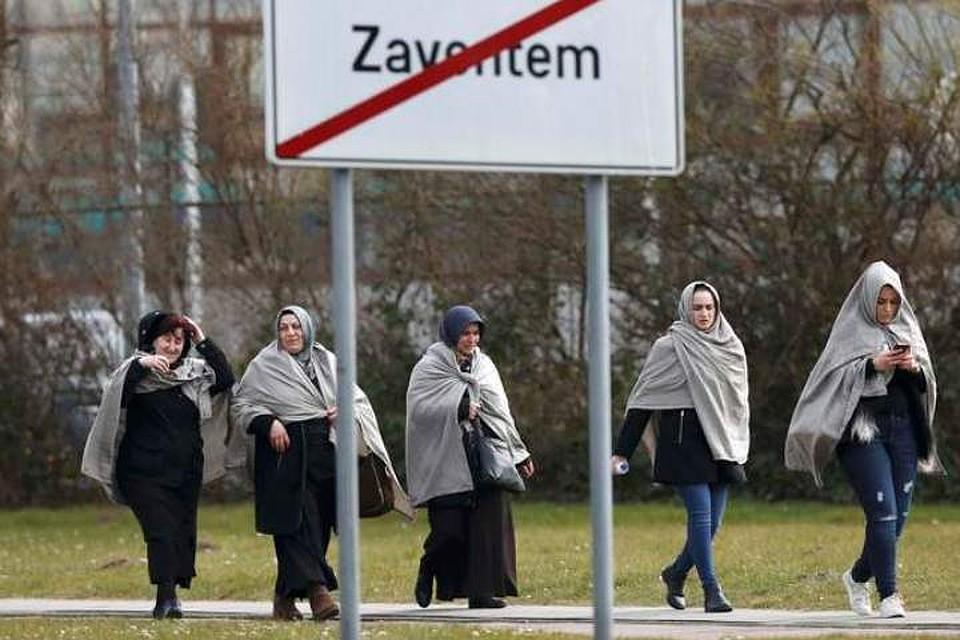 Люди покидают территорию аэропорта Завентем после взрывов