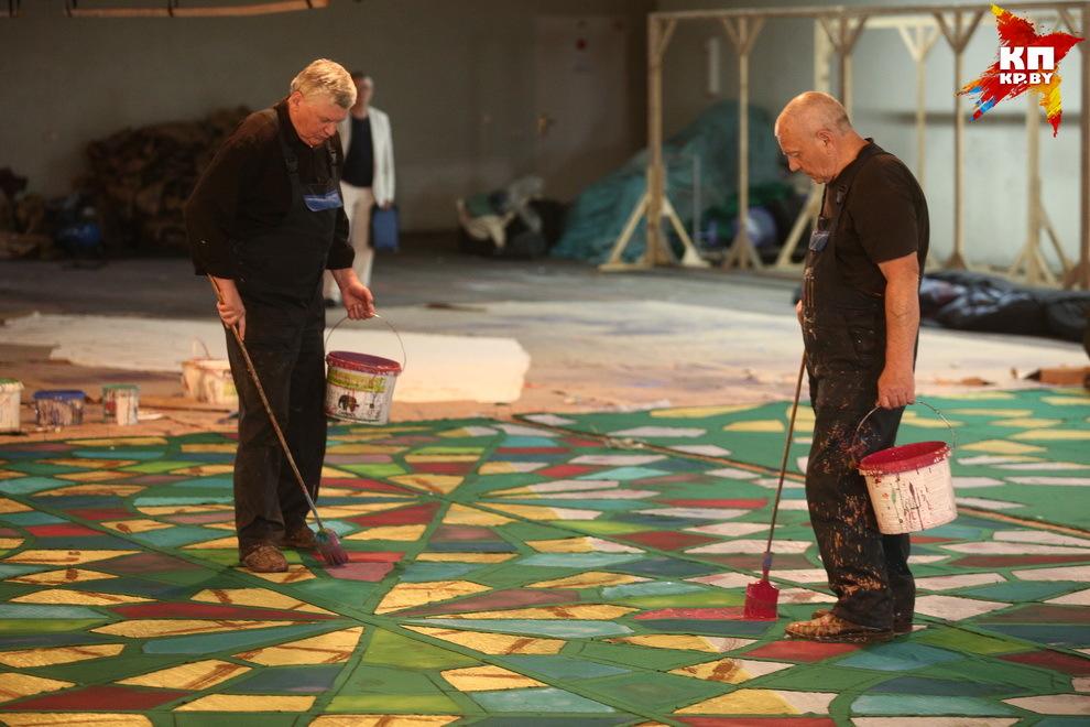 Художникам в живописных мастерских приходится работать ни кисточками, а огромными кистями, и краску брать не из баночек, а из настоящих ведер и иметь потрясающий глазомер.