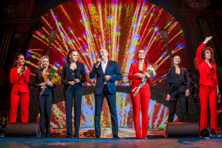 В преддверии концерта арт-группы в БКЗ «Октябрьский» знаменитый хормейстер рассказал про планы на «Евровидение», покоренный Китай и... трудности женской жизни.