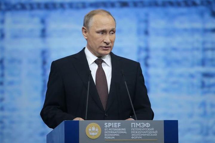 Владимир Путин выступает на экономическом форуме в Санкт-Петербурге