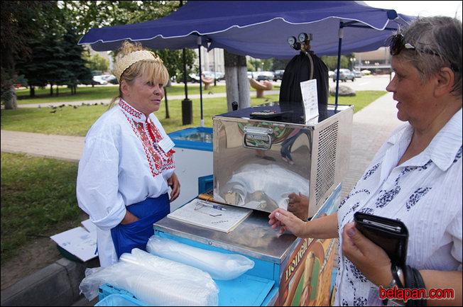 Продавцы кваса в вышиванках: в Гомеле встретили Лукашенко. Фото: belapan.com