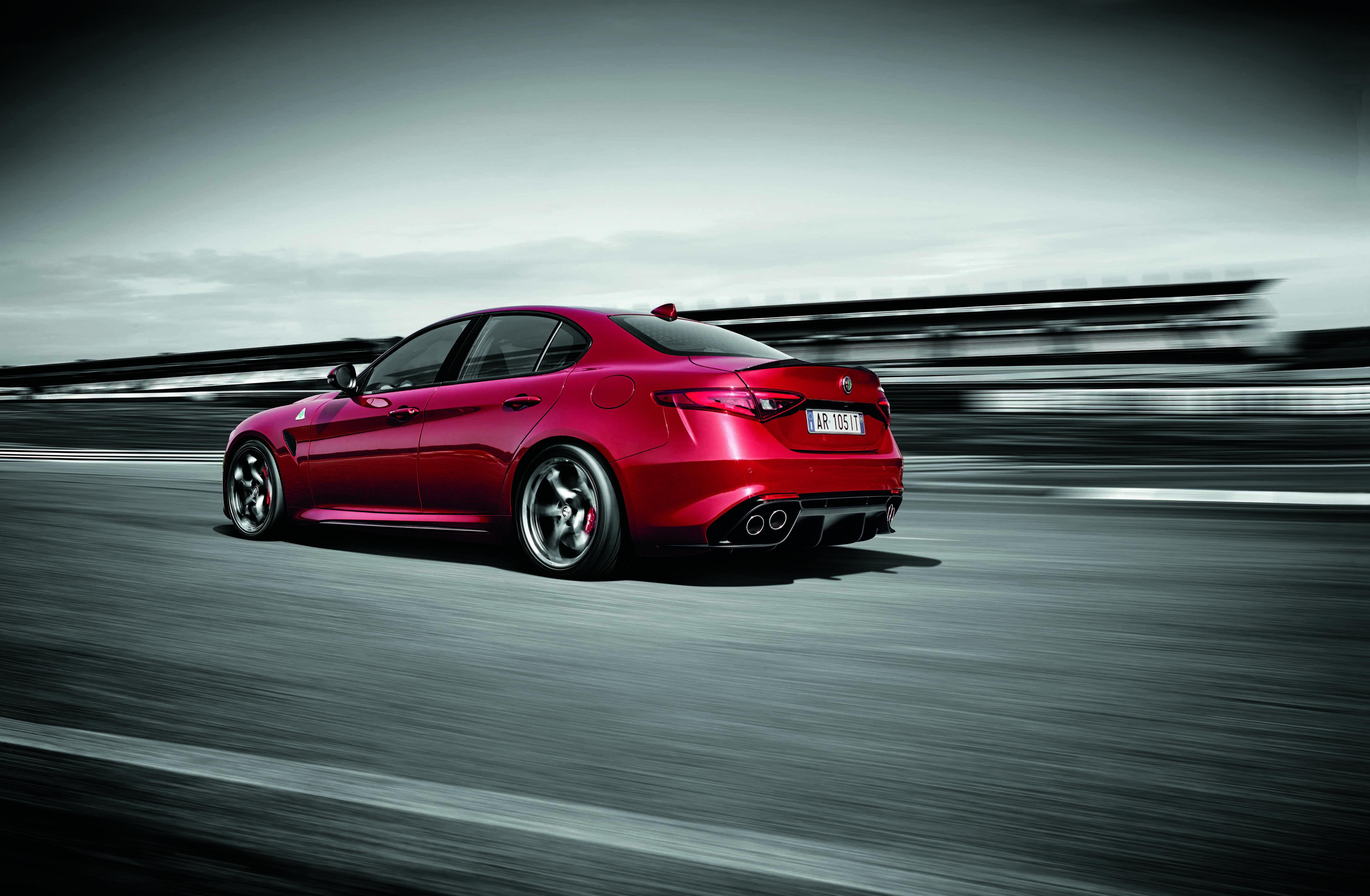 Задний привод совмещенный с мощными V-образными моторами это обязательное условие для визита в премиальный сегмент Фото. Alfa Romeo