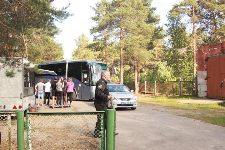 Детей вывозят из лагеря. Провожают их вожатые. Фото: Александр КОЛЕРОВ