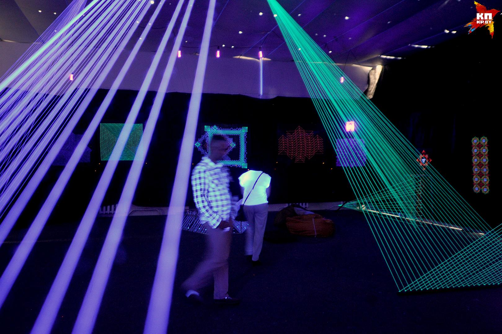 Выставка светящихся нитей.
