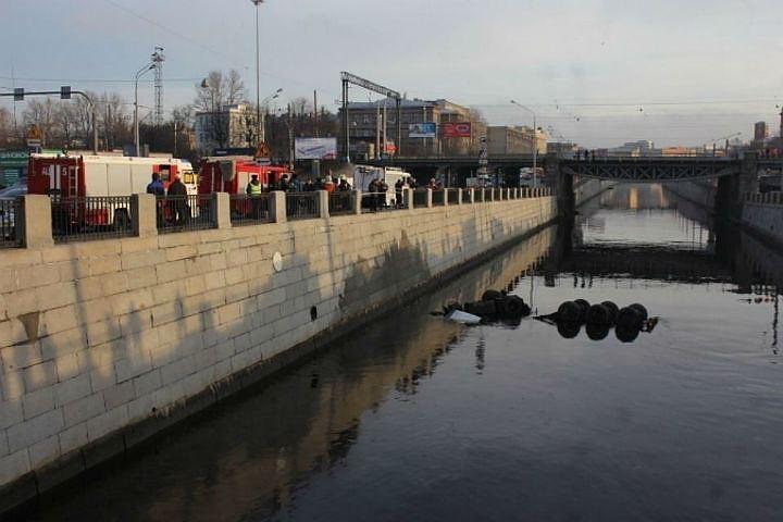 Обводный канал чистили от мазута пять дней